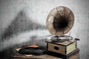 Grammophon und Schallplatten auf dem Tisch