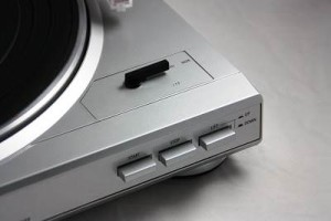 Dual DT 210 USB-Plattenspieler silber Knöpfe